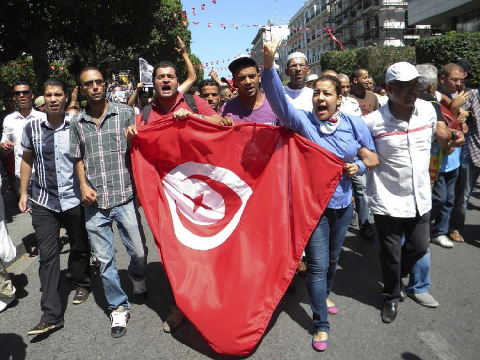 Un grupo de tunecinos se reúne en protesta contra el asesinato de Mohamed Brahmi