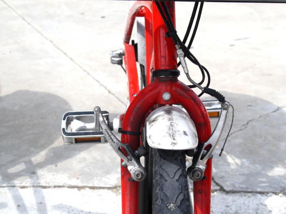 Freno roto en una bicicleta del servicio