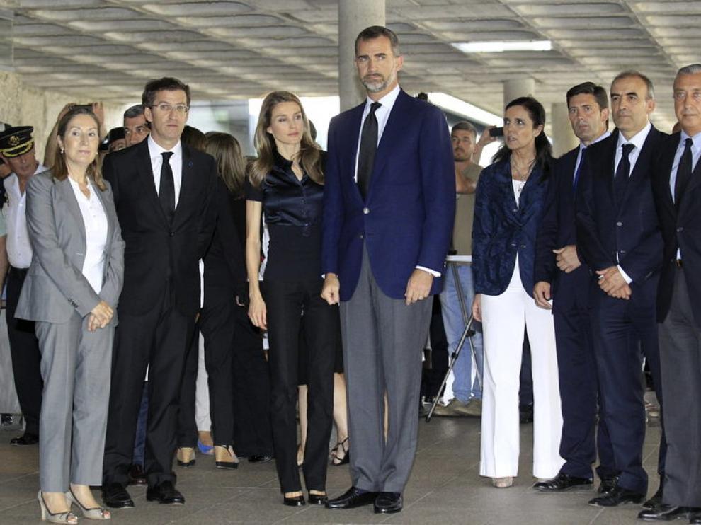 Los Príncipes, junto al presidente de Galicia y las ministras de Sanidad y Fomento.