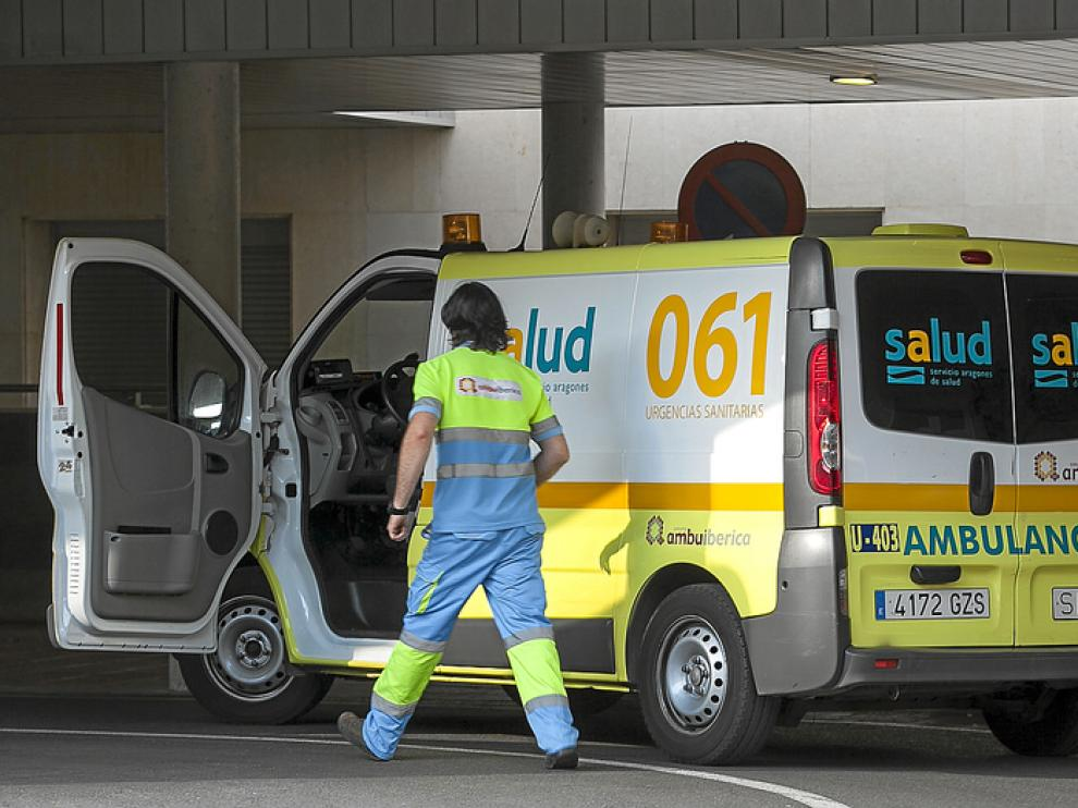 Un trabajador de Ambuibérica atiende un servicio en el Servet este viernes en Zaragoza
