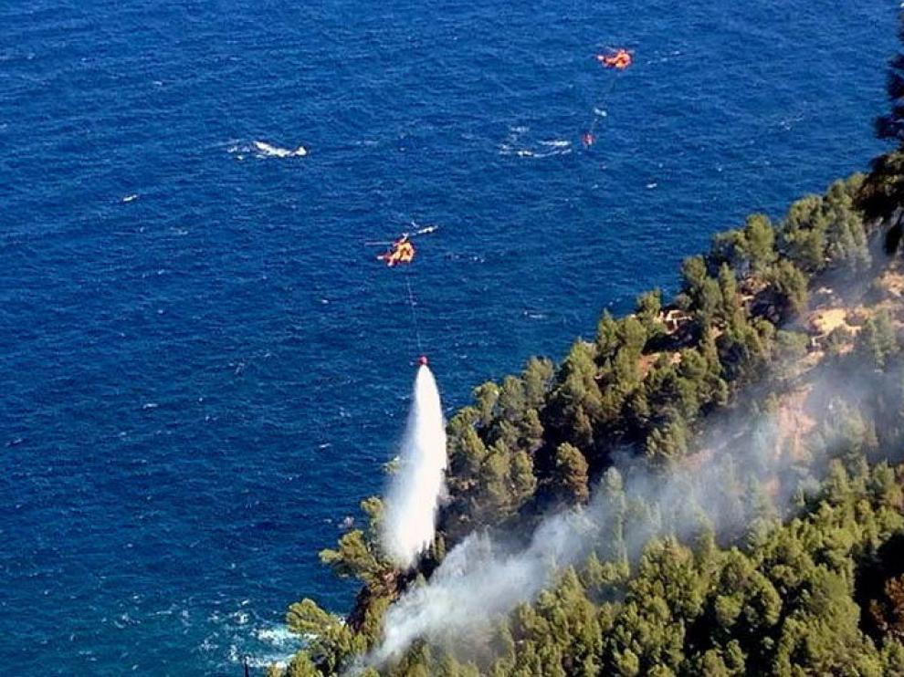 Los efectivos atacan el fuego desde el aire