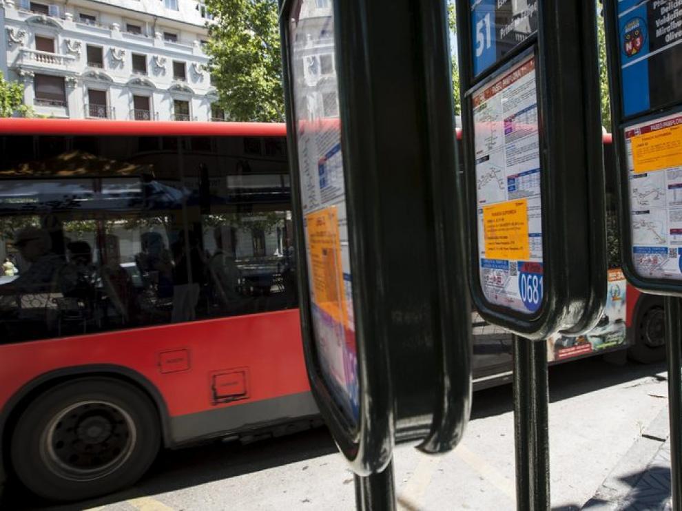 Imagen de este verano de una parada de autobús