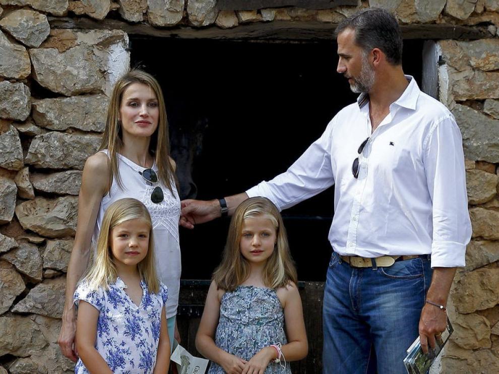 Los Príncipes de Asturias, Felipe de Borbón y Letizia Ortiz, junto a sus hijas las infantas Leonor (c) y Sofía (i) posan hoy durante su paseo por la finca La Granja de Esporles en la sierra de Tramuntana, en Mallorca