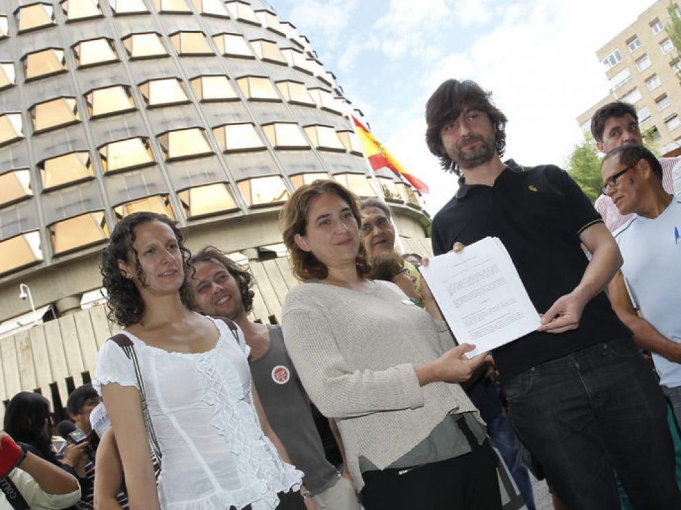 Ada Colau, junto a otros componentes de la PAH