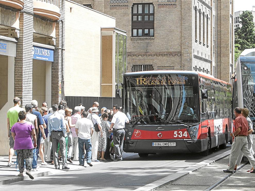 Un autobús pasa para cubrir el servicio del tranvía tras una incidencia
