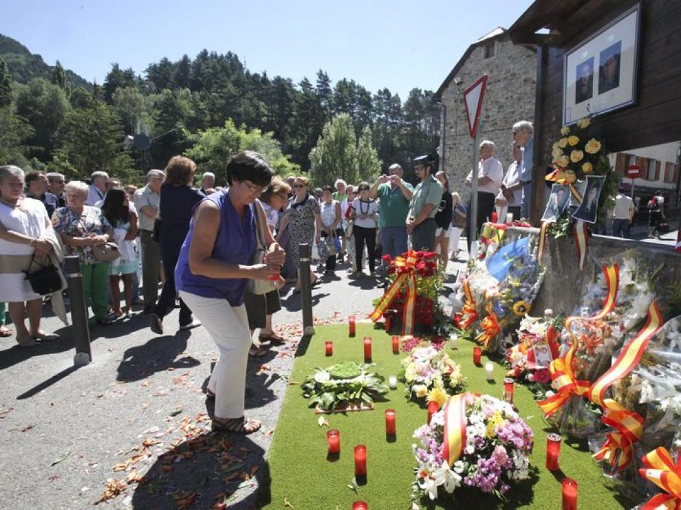 Homenaje a dos guardia civiles asesinados por la banda terrorista.