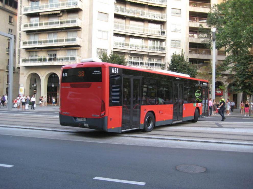 Los trabajadores de Autobuses Urbanos de Zaragoza protestaron este jueves por los 153 despidos