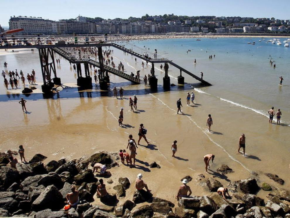 Bañistas en la playa de San Sebastián.
