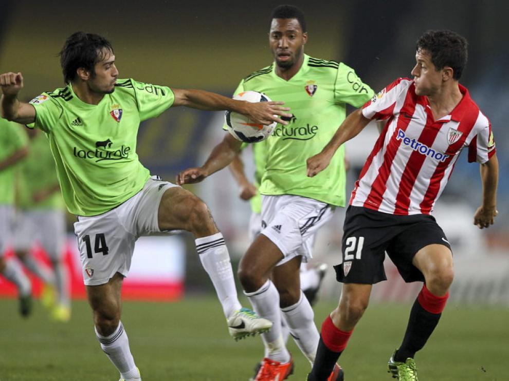 Ander Herrera pelea un balón con Arribas, de Osasuna