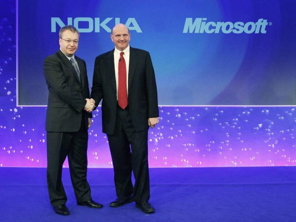 El consejero delegado de Nokia saluda al de Microsoft en 2011.
