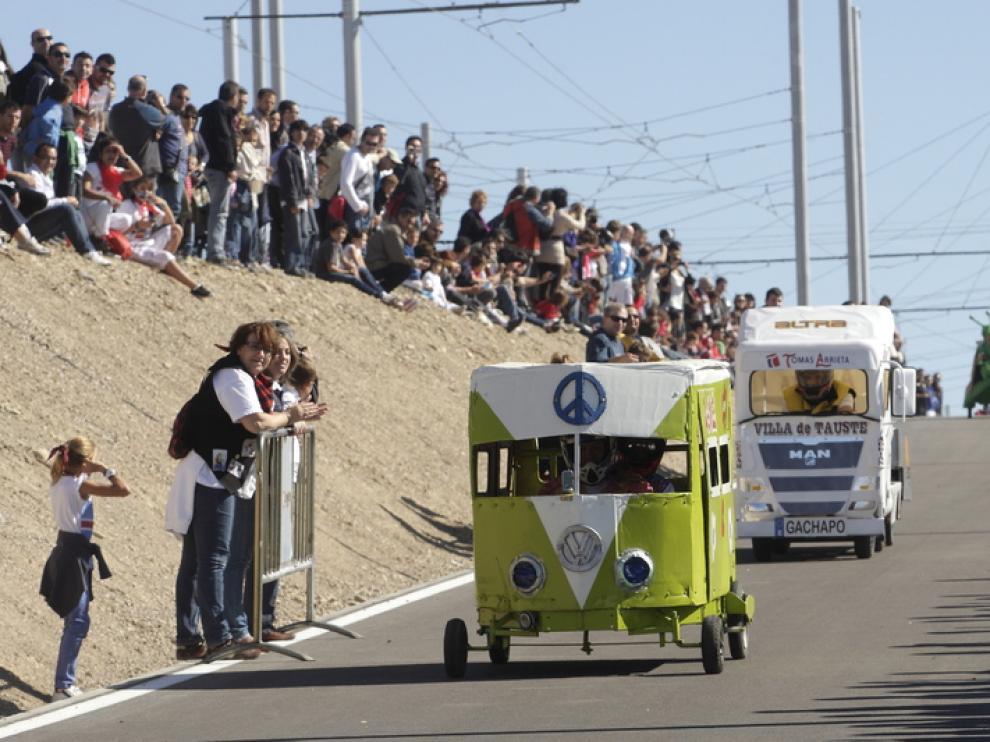 Dos participantes en la carrera de autos locos de las Fiestas del Pilar 2012