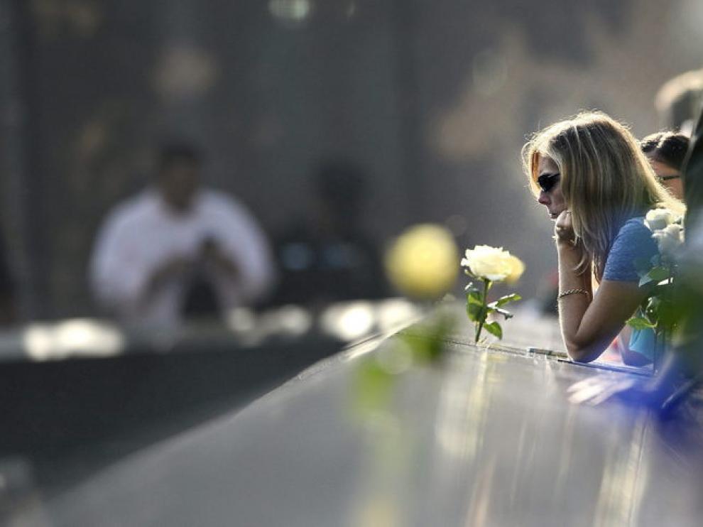 Una mujer reza en el Memorial del 11-S.