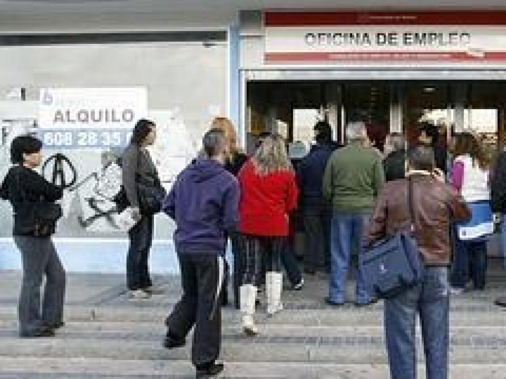 Varias personas hacen cola para entrar en una oficina de empleo. / Archivo
