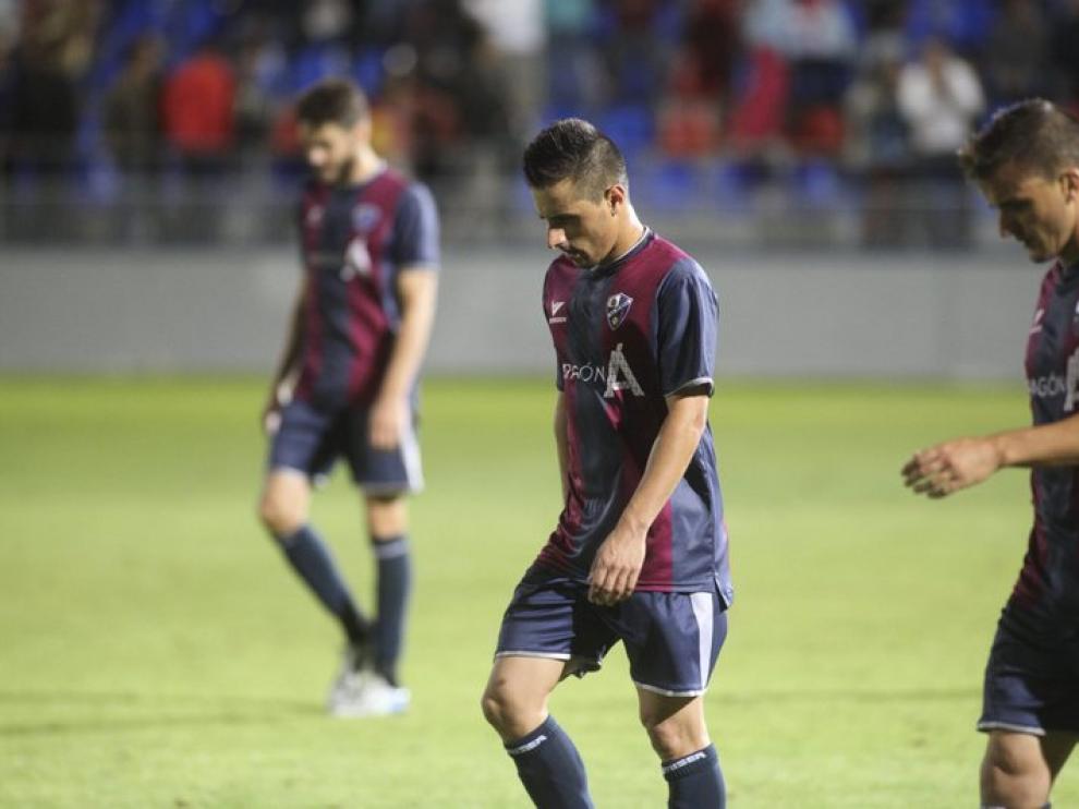 Los jugadores azulgranas abandonan cariacontecidos El Alcoraz