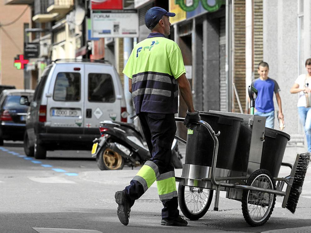 En empleado de la empresa FCC limpiando las calles de Huesca