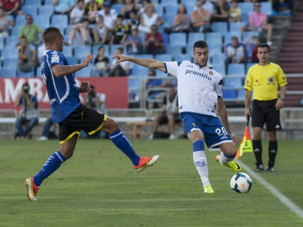 Diego Rico, con la camiseta del Real Zaragoza en la que figura la publicidad de 'Proniño'