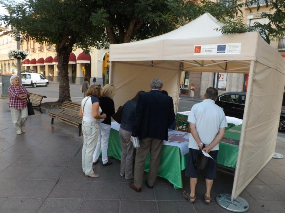 Carpa informativa instalada este lunes en la plaza de Navarra de Huesca