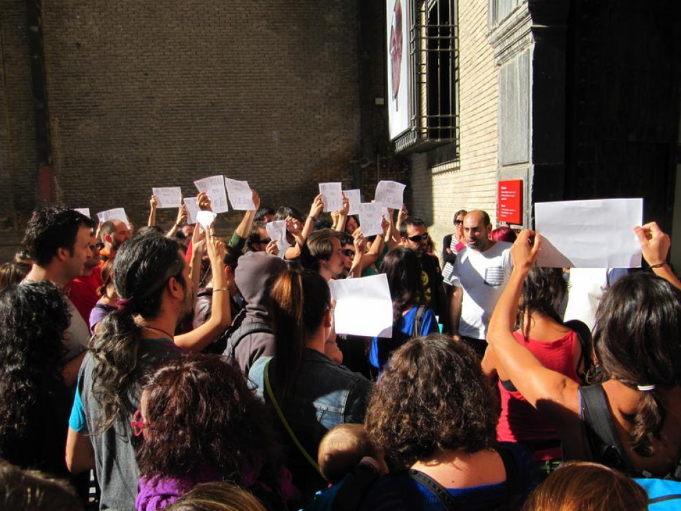 Protesta ante el Museo Pablo Gargallo durante el casting para el parque Delicias