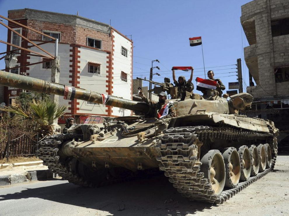 Un tanque de la Armada siria patrulla en Damasco.