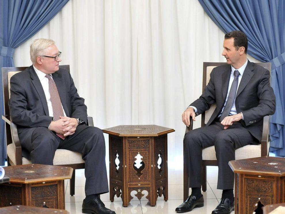 Bashar Al Asad, junto al viceministro de exteriores ruso, Serguéi Riabkov.