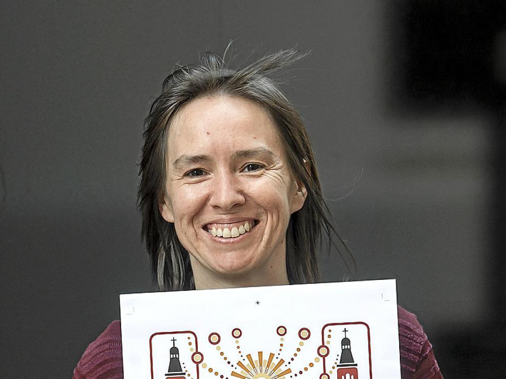 Elena Acerete sostiene el diseño con el que ha ganado el concurso de Heraldo