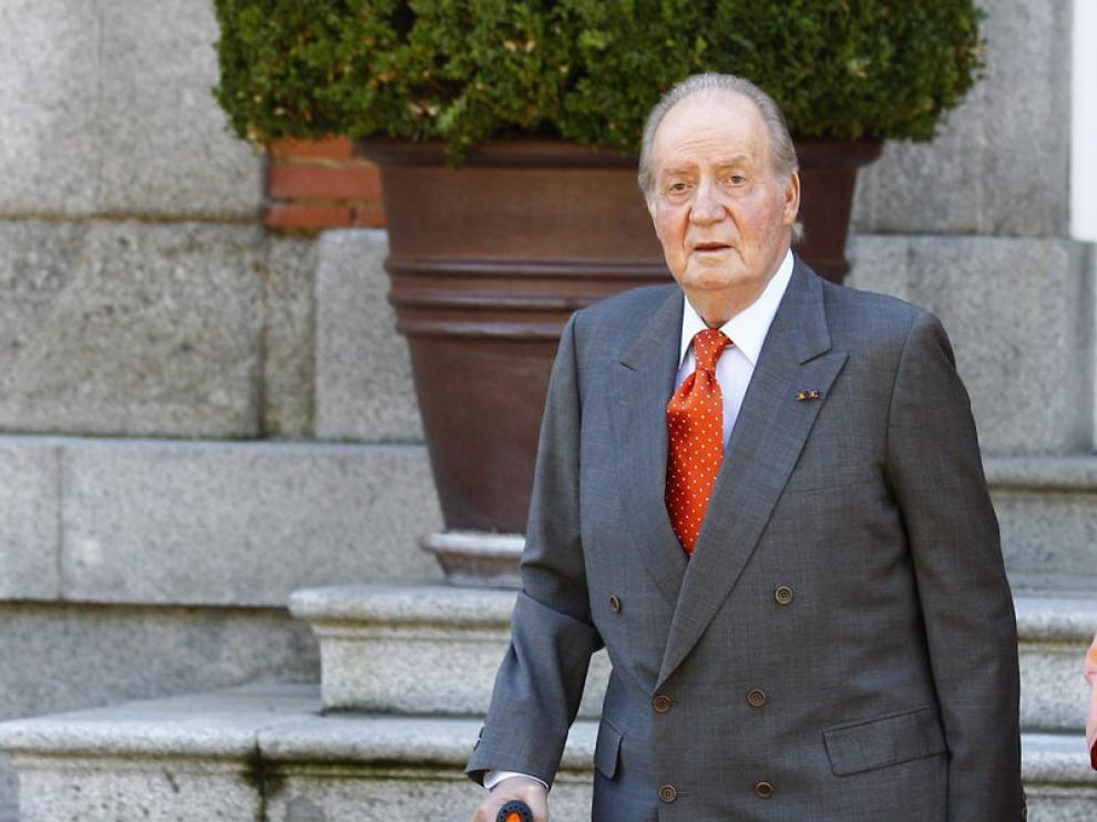 Don Juan Carlos utiliza muletas para ayudarse a caminar