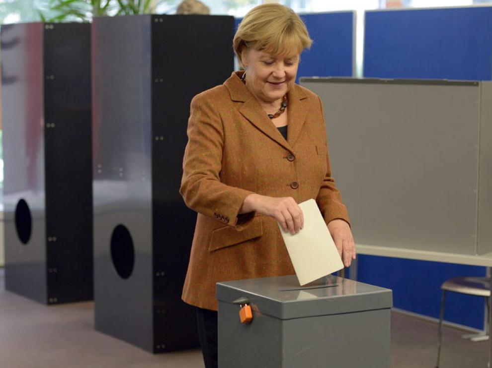 Angela Merkel, en el momento de votar