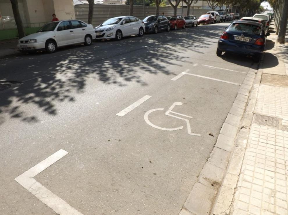 Plaza para minusválidos en la calle de Martínez de Velasco.