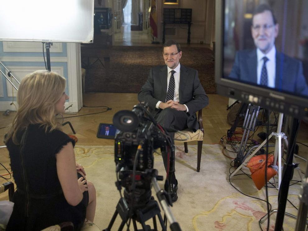 Mariano Rajoy (d), durante la entrevista que ha concedido a Bloomberg Televisión