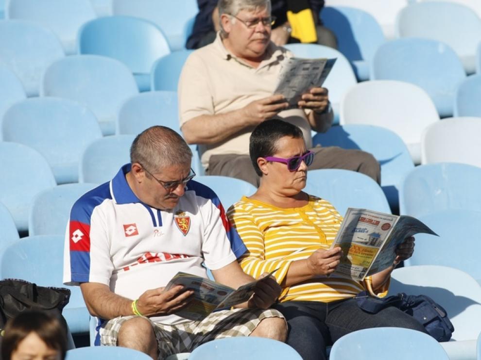 Aficionados del Real Zaragoza, poco antes de comenzar el partido de La Romareda