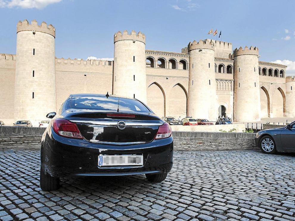 Aparcamiento del palacio de la Aljafería, con algunos coches oficiales.