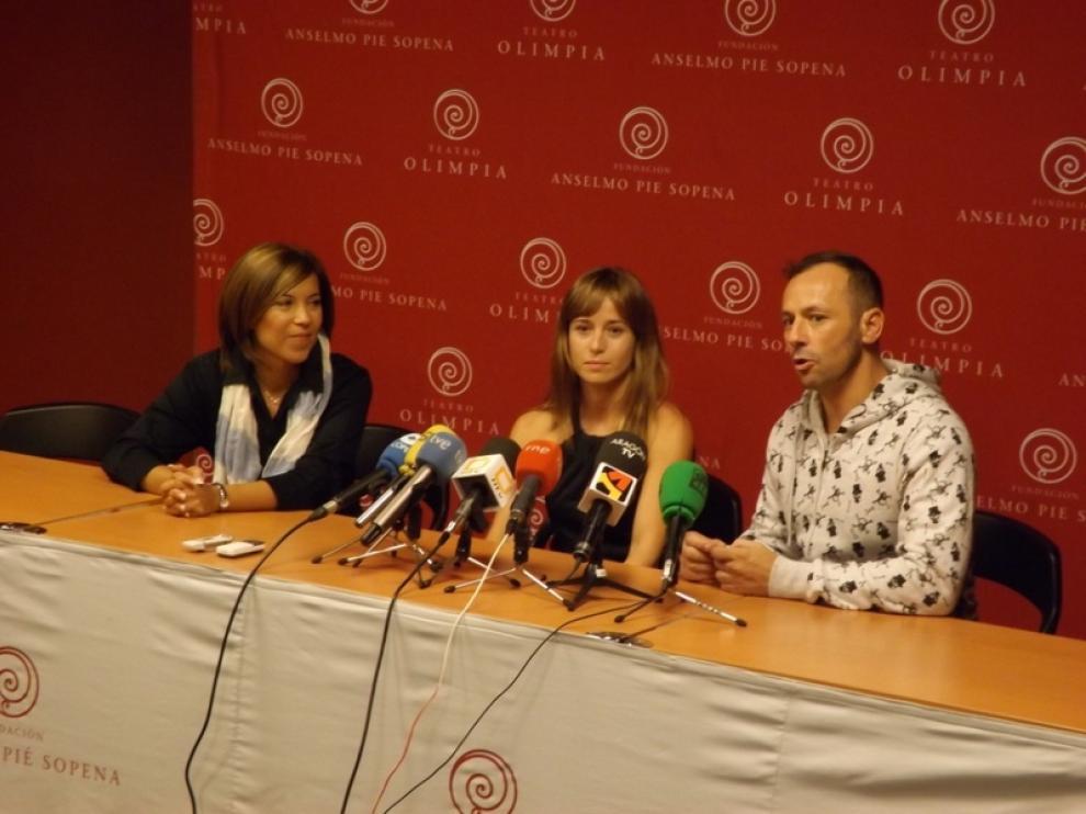 La acaldesa de Huesca, Ana Alós, Marta Etura y el coreográfo Chevi Muraday