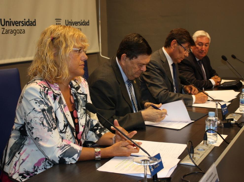 El rector Manuel López y el consejero de Industria, Arturo Aliaga han firmado este lunes.
