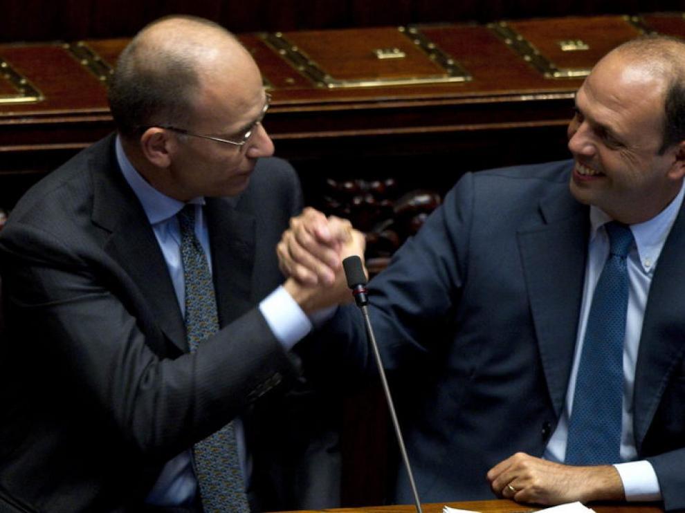 Enrico Letta (izquierda) estrecha la mano del viceprimer ministro Angelino Alfano