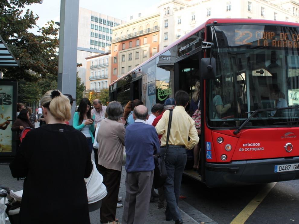 Varios viajeros suben a un bus de la línea 22