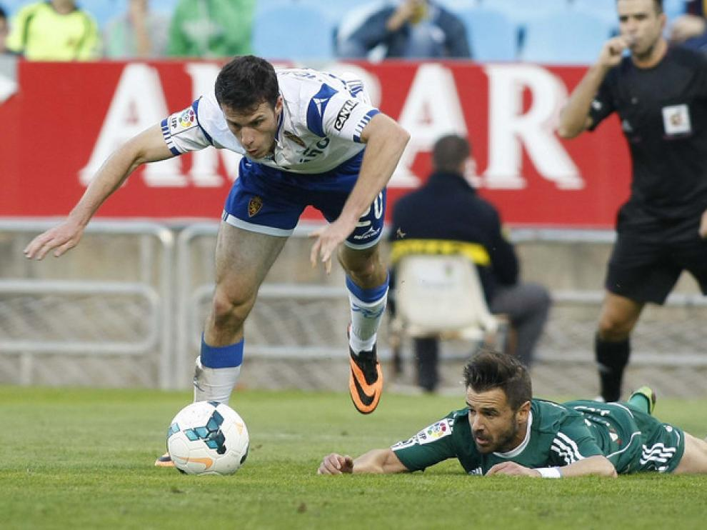 Ocón Arraiz, al fondo, en el partido entre el Real Zaragoza y la Ponferradina
