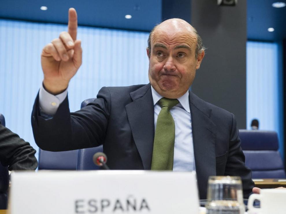 El ministro español de Economía y Competitividad, Luis de Guindos, gesticula durante la reunión del Eurogrupo celebrada en Luxemburgo