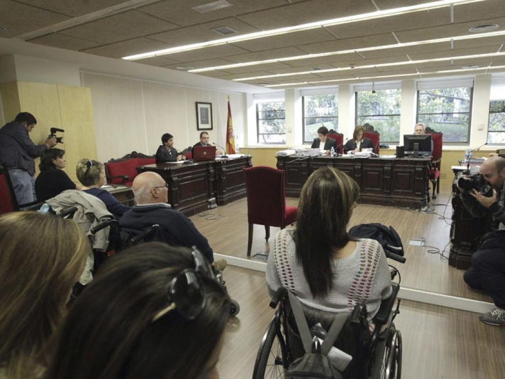 Muchos de los demandantes aistieron en silla de ruedas a los juzgados.