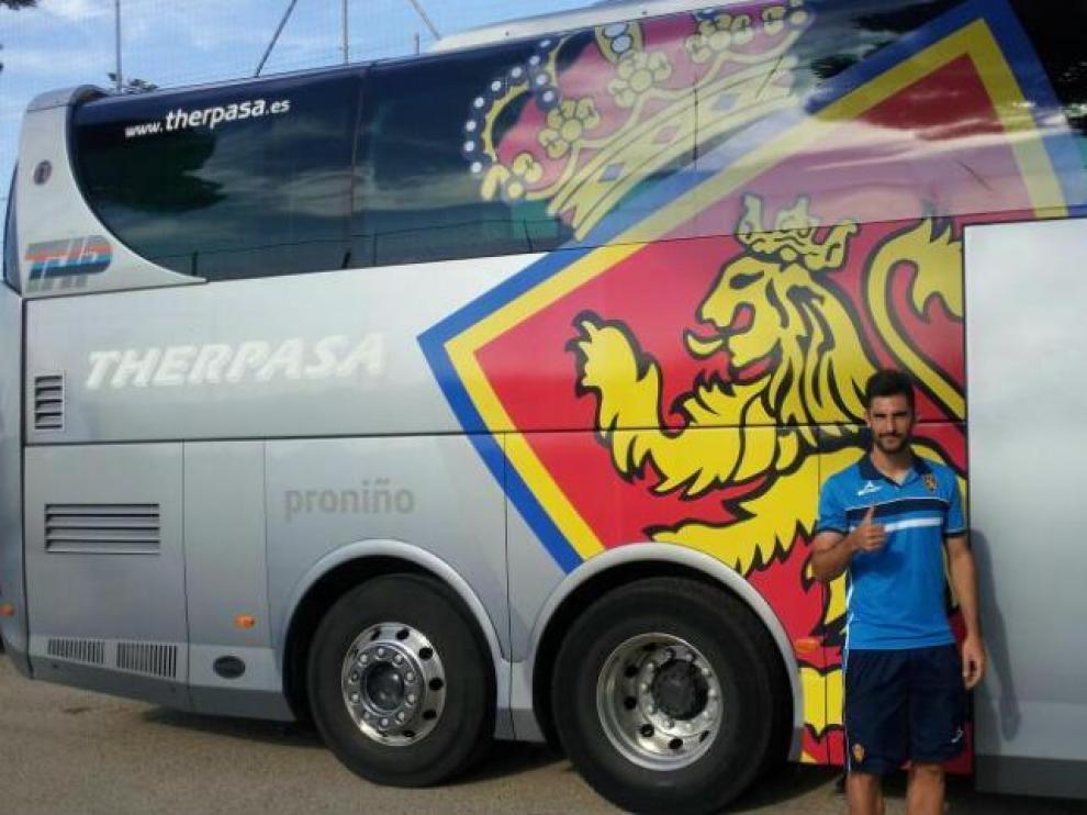 Álvaro posa ante el bus del Zaragoza antes de un viaje