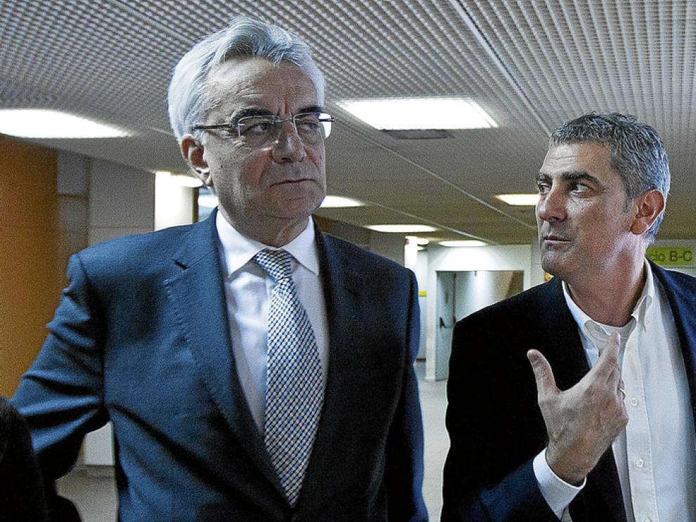 El alcalde de Mallén, a la derecha, junto a su abogado