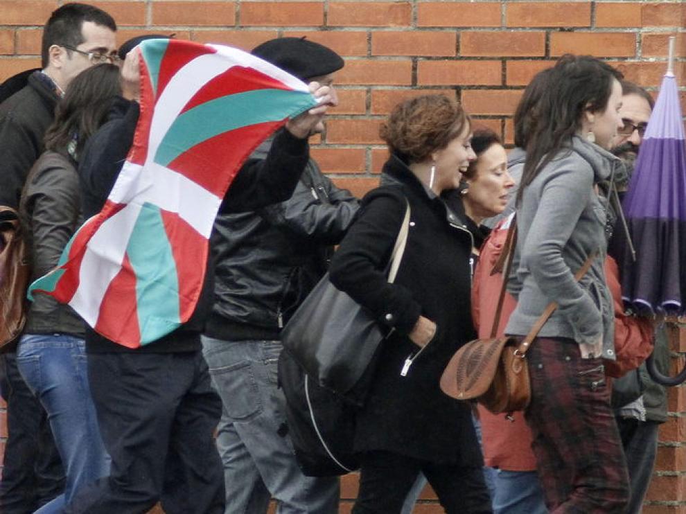 La etarra Inés del Río (c), junto a su abogada y familiares a su salida de la prisión de Teixeiro