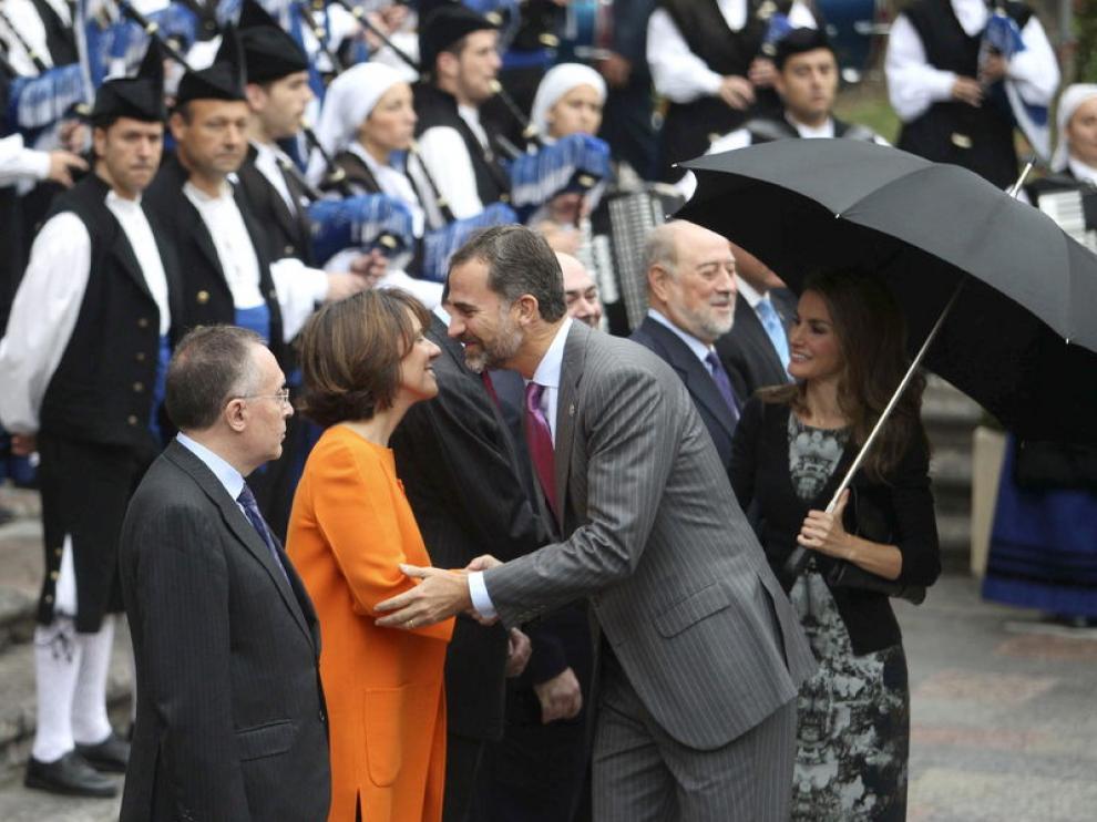 Los Príncipes a su llegada al Hotel Reconquista de Oviedo, saludando a la directora de la Fundación Príncipe