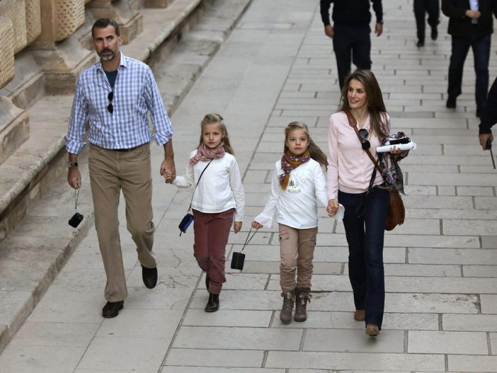 Don Felipe y doña Leticia, acompañados de sus hijas las infantas Leonor y Sofía, durante una visita a Granada