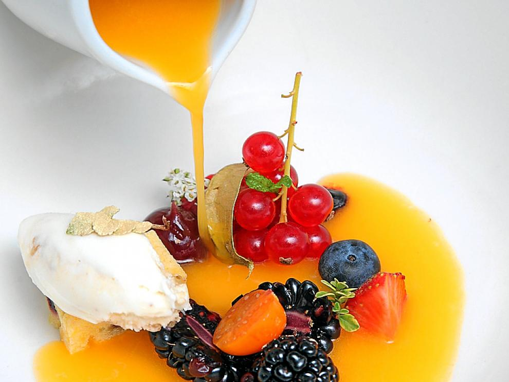 Sopa de moras, naranja y frutos rojos con helado de especias
