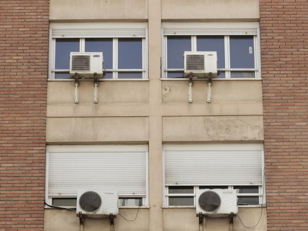 Aparatos de aire acondicionado en una fachada.