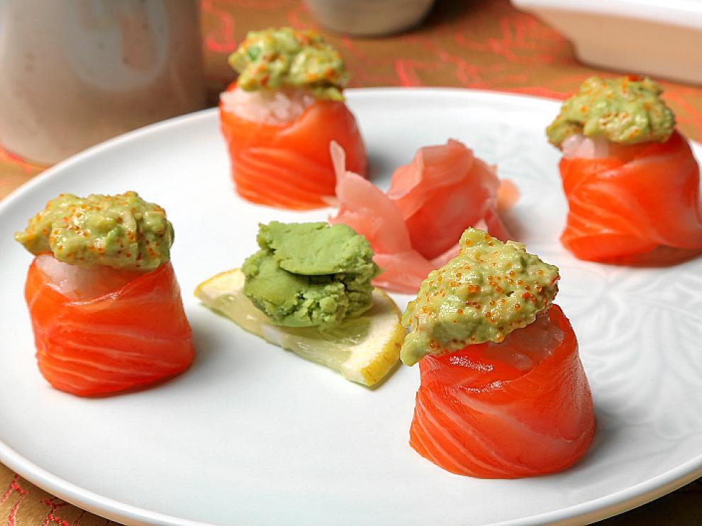 Sushi de salmón con crema de aguacate