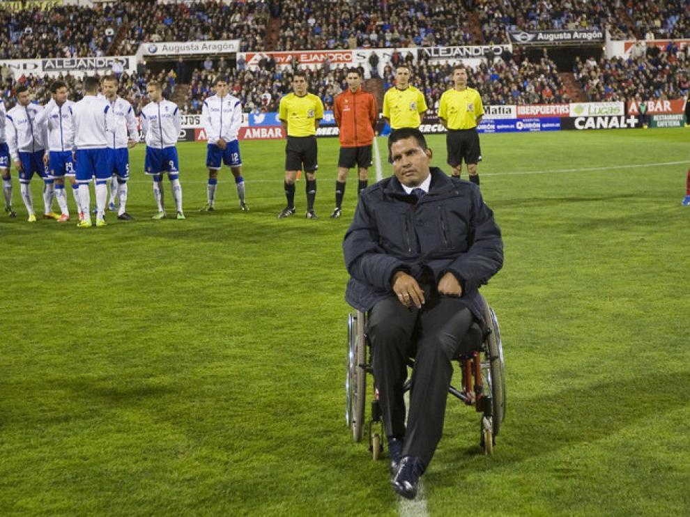 Fernando Cáceres en el césped de La Romareda