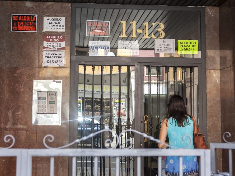 Un portal de Zaragoza, lleno de anuncios de alquiler y venta de vivienda.