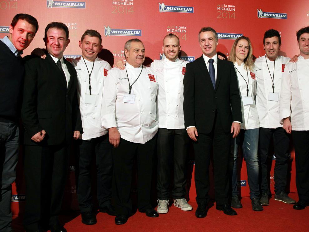 El lehendakari Iñigo Urkullu posa junto a los cocineros con estrella Michelin durante la gala de este miércoles en el Museo Guggenheim