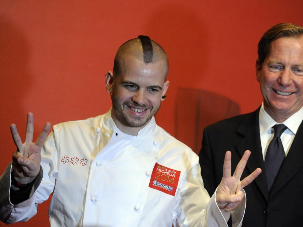 El chef David Muñoz, del restaurante DiverXO de Madrid, junto al director general de la Guia Michelin